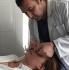 Тигран Алексанян снимает гипсовую лангету с носа девушки