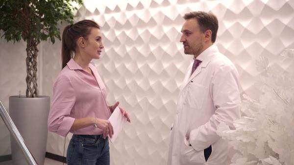 Пластический хирург Александр Грудько с пациенткой