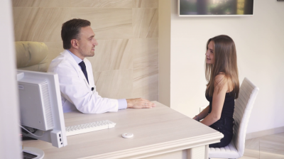 Пластический хирург Александр Грудько консультирует пациентку